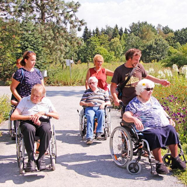 Bewohner des BRK-Altstadtparks bei einem Ausflug mit Pflegerinnen und Pflegern