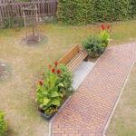 Außenbereich mit Gehweg und Gartenbank