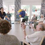 Förderung der Beweglichkeit von Bewohnern in einem Sitzkreis