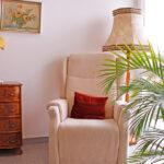 Gemeinschaftsbereich mit Sessel und Lampe