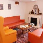 Kaminzimmer mit Ohrensesseln, Tisch und Couch