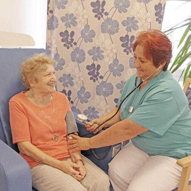 Blutdruckmessen bei einer Bewohnerin