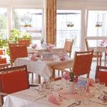 Speisesaal mit gedeckten Tischen