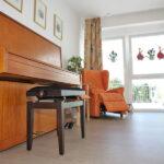 Tagesräume mit Klavier und Ohrensessel