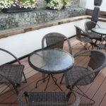 Terrasse mit Gartenstühlen und Tischen