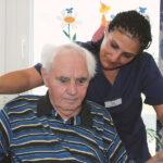 Pflegerin fördert die Beweglichkeit eines Bewohners