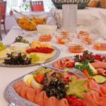 Reichhaltiges Buffett mit Aufschnitt und Nachtisch