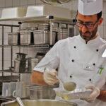 Ein Koch bei der Arbeit in der Küche